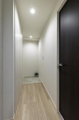 玄関には人感センサー付きライトを備え付けました。両手が塞がっているときや暗い時間帯の帰宅時も快適です。