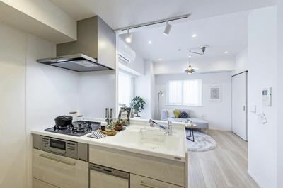 リビングにいる家族を見守りながらお料理できる人気のオープンキッチンです。お部屋の壁紙と調和したホワイトカラーも魅力的です。