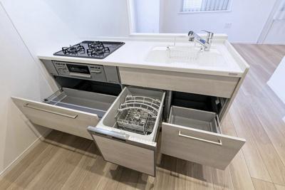 キッチンには家事時短と節約にオススメの食器洗浄乾燥機を備え付けました。見た目すっきりなビルトインタイプです。