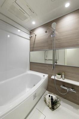 木目柄の壁パネルにぬくもりが宿るバスルームです。換気乾燥だけでなく、暖房や涼風機能も完備で1年中快適です。