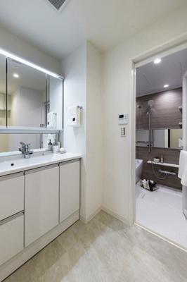 ホワイトカラーで統一されたお洒落な洗面化粧台です。足元の収納は洗剤など背の高いものもしっかり収納できるので便利です。