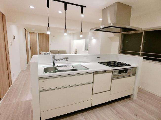 人気の対面キッチンには食器洗乾燥機が標準装備です キッチンも新規交換につき快適です