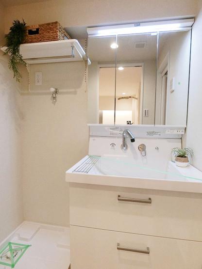 使い勝手の良い三面鏡の洗面台 洗面台も新規交換につき快適です