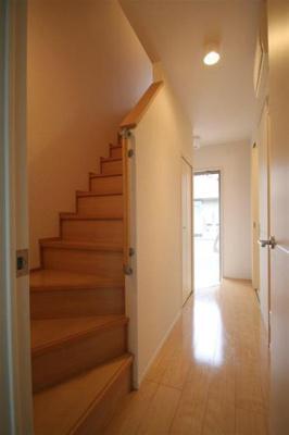 階段を上るとキッチンへ!