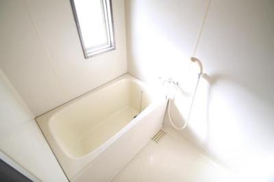 お風呂にも小窓がついており、換気も楽々★