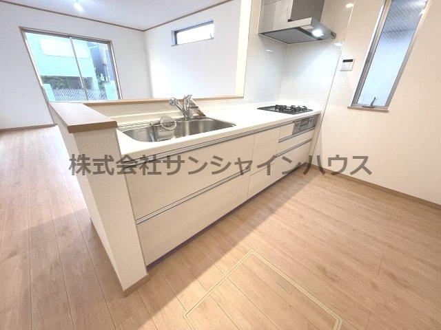 白を基調とした清潔感のあるキッチンでお料理するのが楽しみになります。