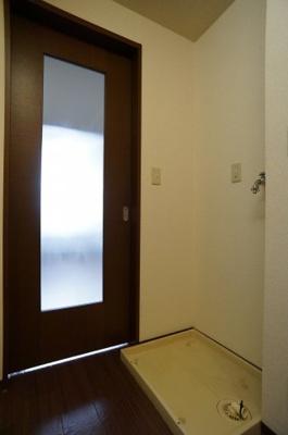 室内洗濯機置場とトイレ(上部棚有)※参考写真1階の同タイプのお部屋の写真です。