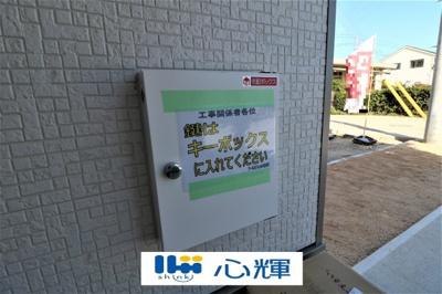 玄関に設置の宅配ボックスは外出で不在の時も荷物の受け取りが可能です♪