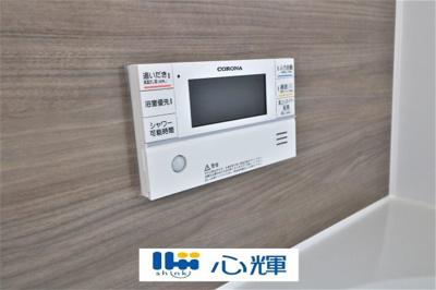 浴室内の給湯器リモコンです。直感的にわかるパネル設計なので操作も簡単です。