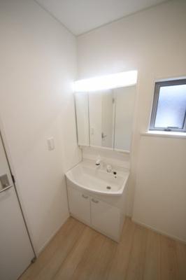 2号棟 独立洗面台、小物を置くことができて便利です