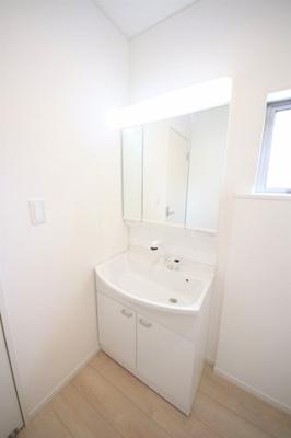 2号棟 三面鏡の洗髪洗面化粧台付き 窓のついた明るい脱衣スペース