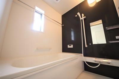 2号棟 窓のついた明るいお風呂 足も伸ばせる広々設計