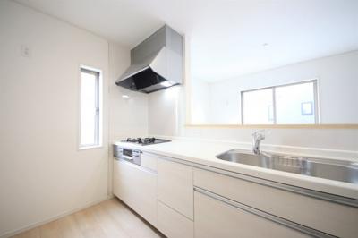 2号棟 窓のついた明るいキッチン 床下収納付き