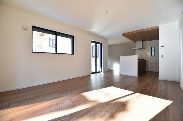 LDK20.1帖の大空間は家族の集まる団らんスペース、明り取りの窓からからも光の集まる陽だまりの空間です。