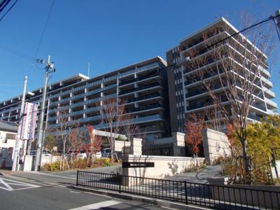 JR「千里丘」駅徒歩5分にある、ひときわ存在感を放つ大型分譲マンションです。デザイン性の高い重厚な造りの当マンションは千里丘丘陵の最前列に位置しています。