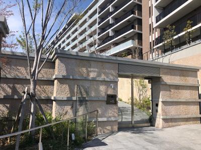 グランドアプローチ(歩行者・自転車用ゲート) 住戸まで3つのセキュリティ(+住戸の鍵)があり安心安全に配慮したマンションです。ハンズフリーシステムのため鍵を取り出すことなく開錠できます。