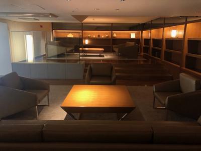 エントランスロビーの2階部分です。ソファとテーブル、本棚の設置されたオーナーズラウンジがあり、寛ぎのひとときを過ごせる空間が準備されております。