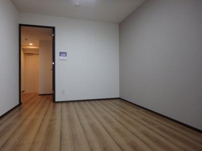 清潔感のある床材を使用した居室です
