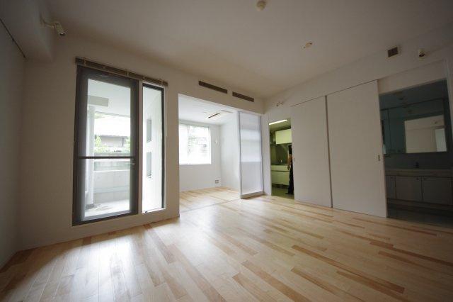 寝室の引き戸は半透明になっていて、バルコニーとリビングの両方から日差しが届きます