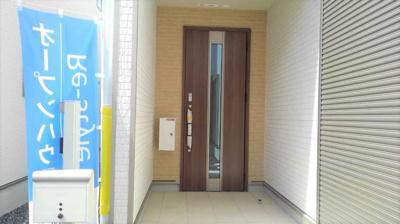 玄関には、人感センサー付き灯が採用!!防犯にも役立ちますね♪ 留守でも荷物を受け取れる宅配ボックス完備!!鍵はカードキー