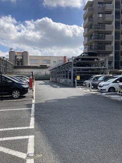 平置き及び立体駐車場。空き状況は都度確認が必要です。