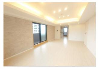 各洋室に収納があります。ダウンライト新規設置により空間がより広く感じます。