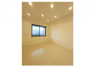 システムキッチン新規交換しております。キッチンに窓と勝手口があり戸建感覚に近い配置です。