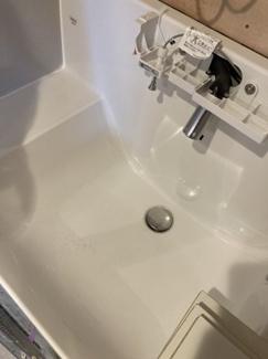 洗面化粧台新規交換済みです。洗面室はキッチン側・玄関側廊下の2方面から入れる導線の良い配置です。