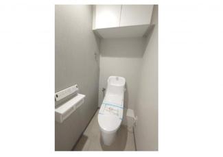 シャワー付きトイレに交換済です。上部にはしっかりと収納が設けられております。