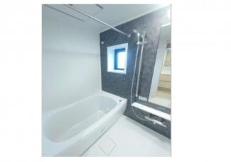 お風呂には窓があり通風・採光もとれます。ユニットバス・浴室換気乾燥機新設済みです。
