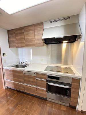 食洗機付きのきれいなシステムキッチンです