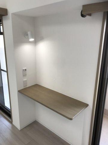 リビングには、ちょっとした作業スペースにもなるカウンターがございます。 椅子を置いてデスクの様。テレワークススペースとしても♪