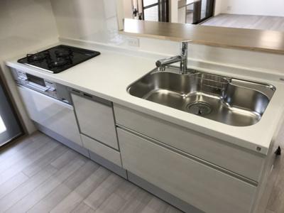 新調し立てのシステムキッチンには食洗機が完備ですので、後片付けがぐっと楽になりますね♪ 対面式なのも魅力的♪