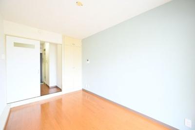 落ち着いた色合いの床材を使用した居住空間です。