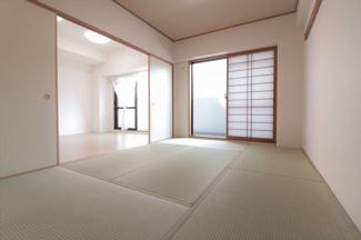 和室6帖です♪足を伸ばして寛げる居室です!バルコニーに面した明るく開放的な室内です♪ぜひ現地でご確認ください(^^)
