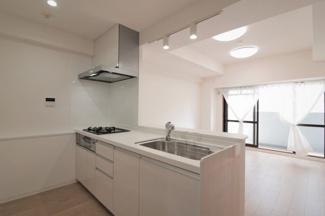 新品のシステムキッチンです♪白色を基調とした洗練されたキッチンでお料理も楽しくなりますね(^^)対面式キッチンでリビングが見渡せます♪