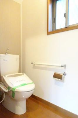 窓があり明るいトイレ。