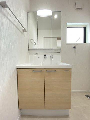 使いやすいシンプルなデザインの三面鏡洗面台。身支度時にうれしい機能性や収納力もしっかりと備えてます。