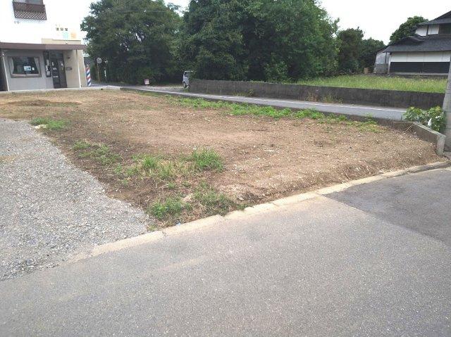 現地写真。土地面積248.51㎡。駐車場4台可。北東側・南東側に接道しています。