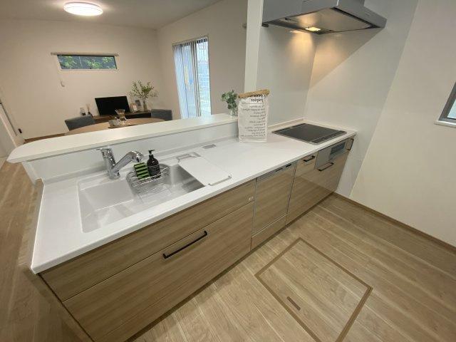 ホーロー加工された幅2550のキッチン。傷がつきにくく、汚れも落ちやすく、キレイが長続きします。