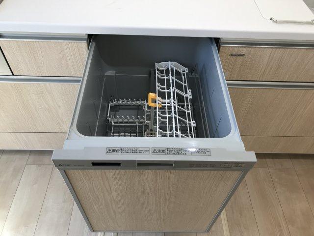 食器洗乾燥機。高水圧洗浄で汚れが取れ、除菌効果も。手荒れの緩和や家事の短縮などのメリットも。