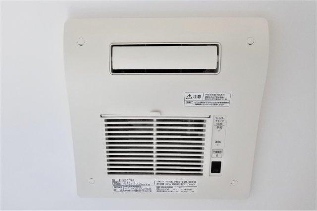 浴室暖房乾燥機。冬もヒートショック防止で快適に入浴でき、カビ発生防止や洗濯干場に活躍します。