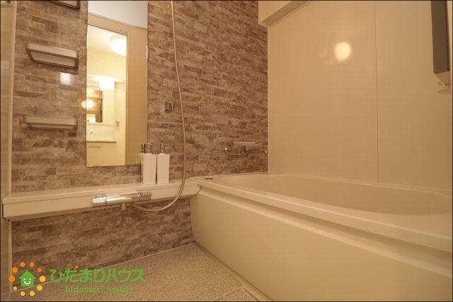 アクセントクロスがオシャレな浴室。足を伸ばしてゆっくりとおくつろぎ頂けます。