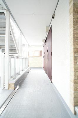 お部屋へのアクセスにお使い頂く共用廊下です