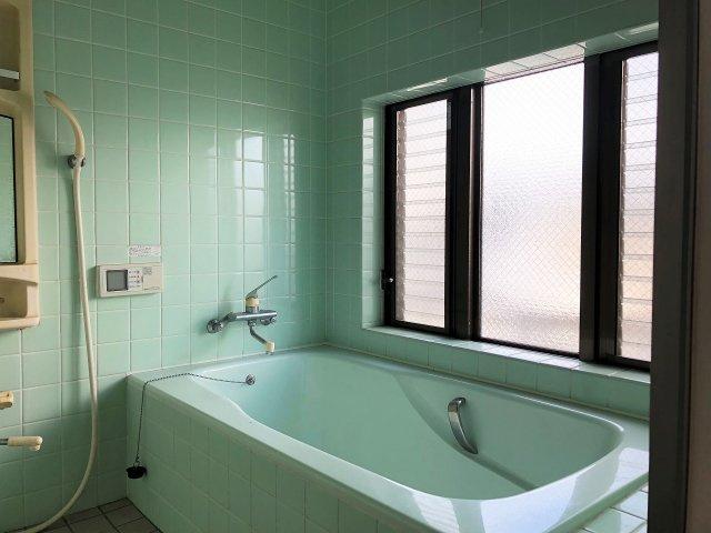大きな窓がある明るいバスルーム