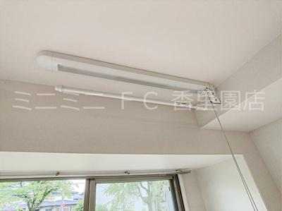 窓際には室内物干しが備え付けられており雨の日などに便利です