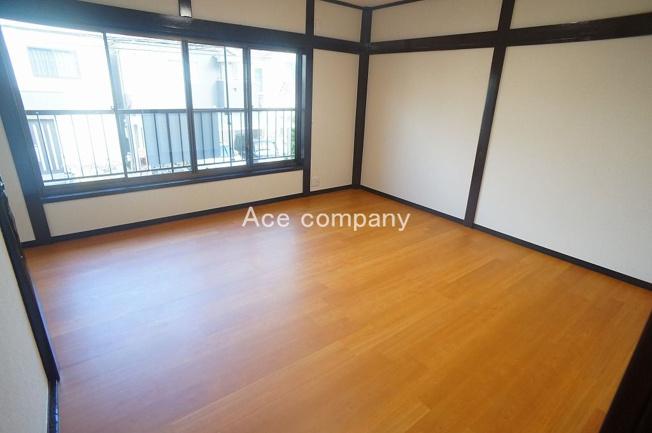 【2階:洋室9帖】バルコニーに面し、明るく広々とした洋室です☆リビングの変わりとしても♪
