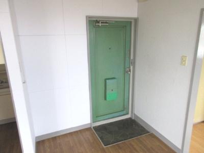 ※402号室の写真をモデルで使用しています