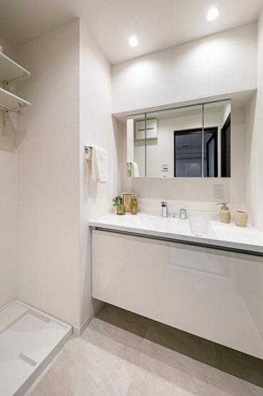 収納も兼ね備えた3面鏡キャビネットの洗面化粧台