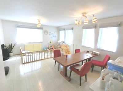 18.7帖の開放感あるリビングは2面採光で日当たり・風通し◎ ダイニングテーブルやソファー、ローテーブルなどの家具もしっかりと配置できます。